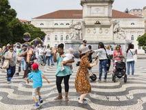 Baile del grupo de personas y diversión el tener con la burbuja gigante fotografía de archivo libre de regalías