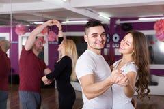 Baile del grupo en club Fotografía de archivo libre de regalías