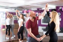 Baile del grupo en club Fotos de archivo