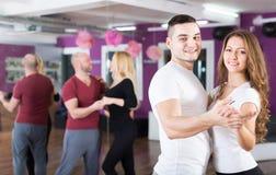 Baile del grupo en club Imagen de archivo libre de regalías
