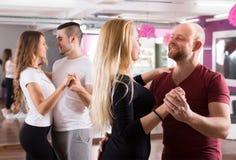 Baile del grupo en club Foto de archivo libre de regalías