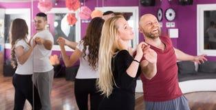 Baile del grupo en club Foto de archivo