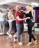 Baile del grupo en club Fotografía de archivo