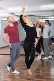 Baile del grupo en club Imagenes de archivo