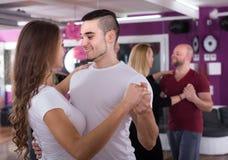 Baile del grupo en club Imagen de archivo