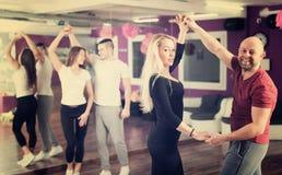 Baile del grupo en club Imágenes de archivo libres de regalías