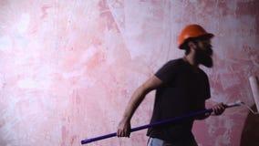 Baile del hombre con el rodillo de pintura almacen de video