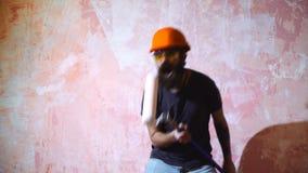 Baile del hombre con el rodillo de pintura Un hombre está descansando de trabajo almacen de video