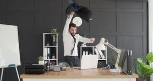 Baile del hombre de negocios y lanzar su capa en la oficina metrajes