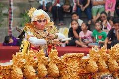 Baile del hombre del Balinese y música el jugar en el gongo de Gamelan Imagen de archivo libre de regalías