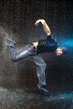 Baile del hombre en la lluvia Foto de archivo