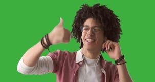 Baile del hombre mientras que música que escucha en los auriculares almacen de metraje de vídeo