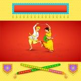 Baile del hombre y de la mujer el la noche de Dandiya Imágenes de archivo libres de regalías