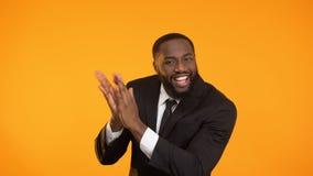Baile del hombre y manos afroamericanos alegres el agarrar, campaña del promo almacen de video
