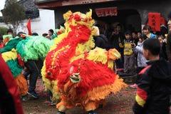 Baile del león y baile del dragón en China rural Fotografía de archivo