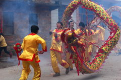 Baile del león y baile del dragón en China rural Imagen de archivo libre de regalías