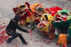 Baile del león y baile del dragón en China rural Foto de archivo