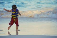 Baile del muchacho en la playa de Sandy tropical Fotografía de archivo libre de regalías