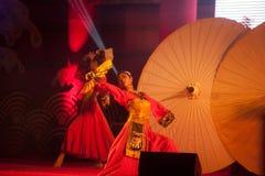 Baile del paraguas en Año Nuevo chino. Fotografía de archivo