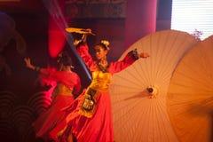 Baile del paraguas en Año Nuevo chino. Imagenes de archivo