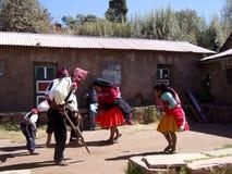 Baile del Peruvians en trajes en la isla de Taquile Imagen de archivo