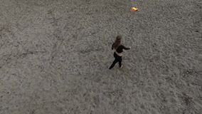Baile delgado confiado de la mujer, realizando una demostración con la situación de la bola de fuego en la arena Artista experto  almacen de video