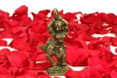 Baile Devi en una cama de pétalos color de rosa rojos Fotografía de archivo libre de regalías