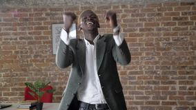 Baile elegante afroamericano rubio joven del hombre de negocios y el animar en trabajador moderno de la oficina, confiado y acert