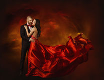 Baile elegante de los pares en amor, mujer en ropa roja y amante