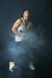 Baile elegante del hombre en niebla fotos de archivo libres de regalías