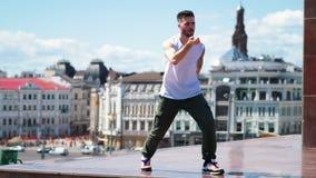 Baile elegante joven del estilo libre del hombre en el punto superior en el centro de la ciudad metrajes