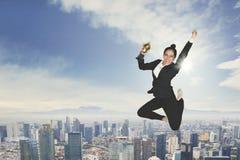 Baile emocionado de la empresaria con un trofeo foto de archivo libre de regalías