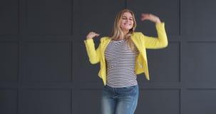 Baile emocionado de la mujer y presentación en estudio metrajes