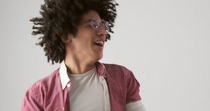 Baile emocionado del hombre sobre el fondo blanco almacen de video
