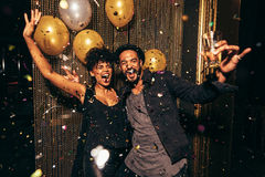 Baile enérgico de los pares en el club de noche foto de archivo libre de regalías