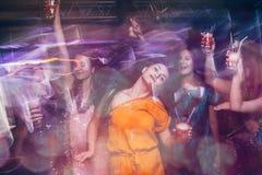 Baile en club de noche en el movimiento borroso imagen de archivo