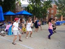 Baile en la fiesta en la piscina Imagen de archivo