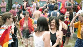 Baile en la muchedumbre gay feliz de la fuente LGBT en el orgullo anual que celebra el baile almacen de metraje de vídeo