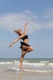 Baile en la playa Imágenes de archivo libres de regalías