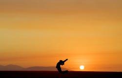 Baile en la puesta del sol Imagen de archivo libre de regalías