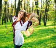 Baile en parque verde Imagen de archivo
