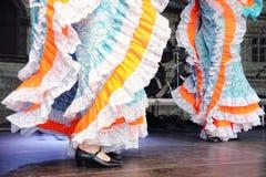 Baile en trajes tradicionales Fotos de archivo libres de regalías