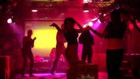 Baile en un club nocturno almacen de metraje de vídeo