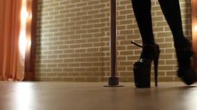 Baile en un polo, funcionamiento de la mujer joven de la danza de poste de la muchacha bonita almacen de video