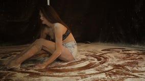 Baile expresivo hermoso del bailarín en el estudio con la harina almacen de metraje de vídeo