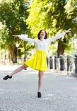 Baile feliz de la chica joven en el parque Imagen de archivo libre de regalías