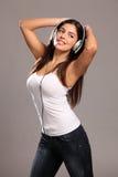Baile feliz de la chica joven que baila a la música Foto de archivo libre de regalías