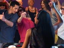 Baile feliz de la gente joven en club de noche Fotos de archivo libres de regalías