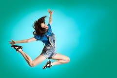 Baile feliz de la muchacha del estilo moderno en fondo azul fresco Concepto de salto del bailarín de Hip Hop Fotos de archivo libres de regalías