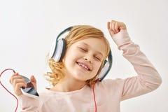 Baile feliz de la muchacha mientras que escucha la música Imágenes de archivo libres de regalías